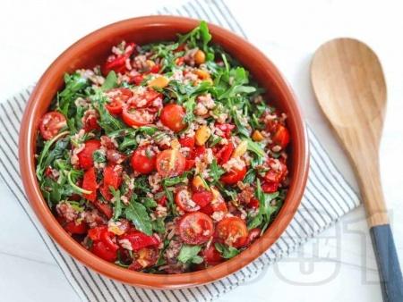 Салата с ориз, чери домати, печени чушки, рукола и бадеми - снимка на рецептата